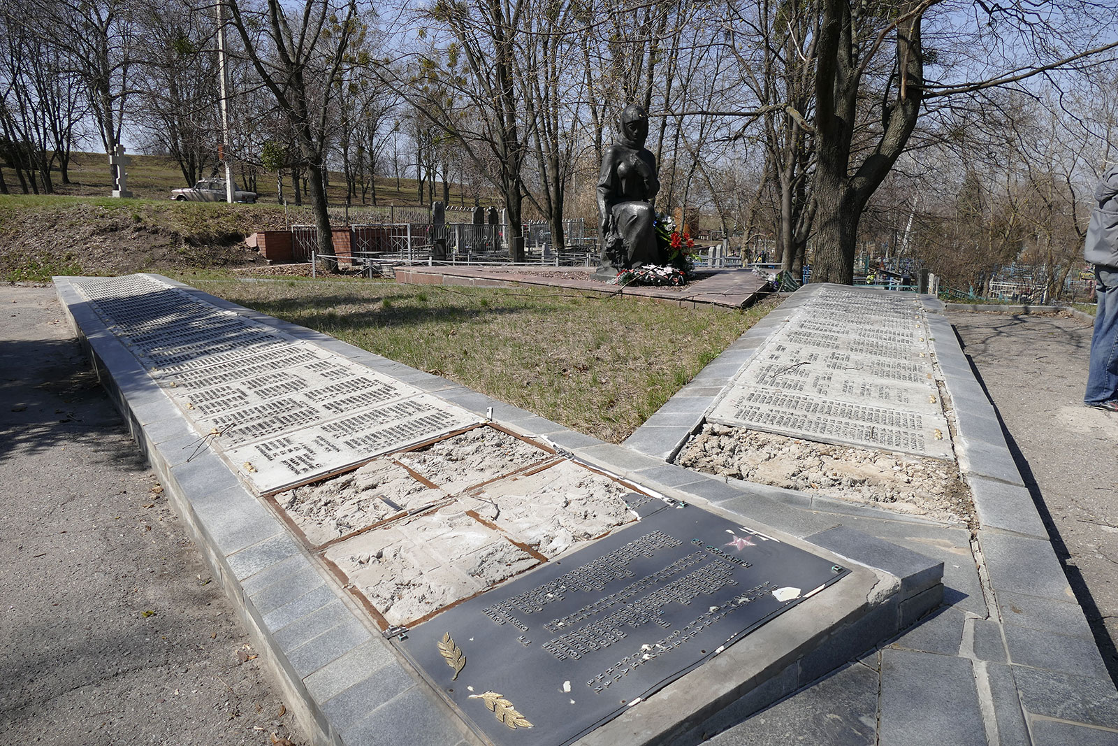 Обращаем внимание городской власти, прокуратуры и милиции Изюма на циничный факт вандализма памятника «Скорбящая Мать»!