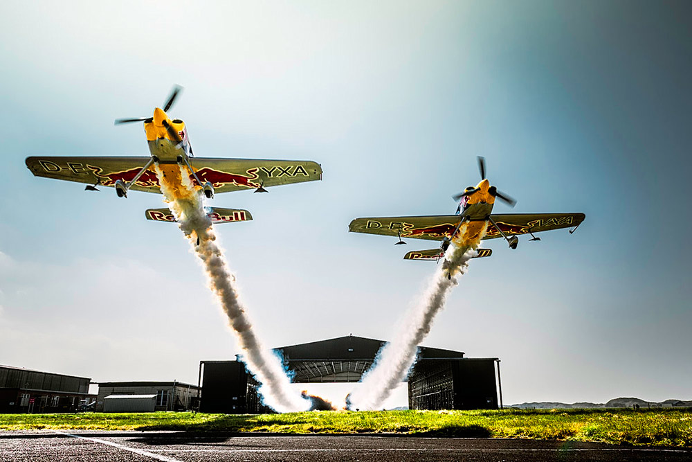 Пролет двух самолетов через ангар