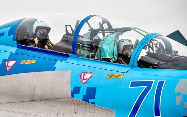 Президент принял участие в испытательном полете на одном из истребителей на месте второго пилота