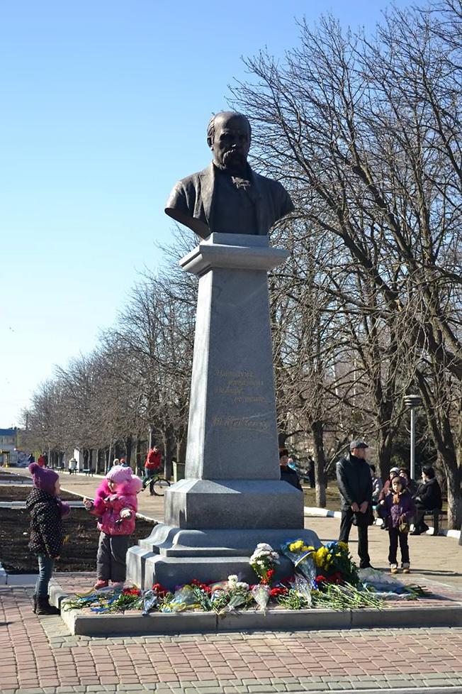 9 марта, когда праздновалось 200-летие со дня рождения Т. Г. Шевченко, в городе Изюме открыли памятник Великому Кобзарю