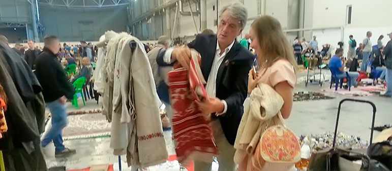 Президент торгует на блошином рынке