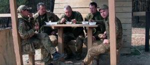 Изюмские волонтеры накормили бойцов домашними блюдами