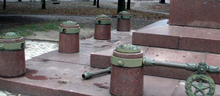 В Изюме преступники продолжают калечить памятник генералу П. Волоху