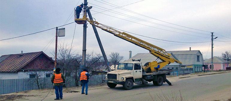 В Изюме восстанавливают сеть уличного освещения энергоэффективными LED-фонарями