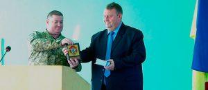 Изюмский военный комиссар наградил чиновников Изюма Памятным знаком и грамотами