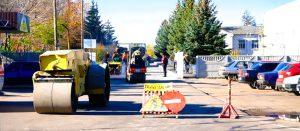 На территории больничного городка ремонтируют дорожное покрытие