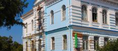 В Изюме продолжают ремонт фасада памятника архитектуры