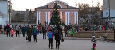 Главная Новогодняя елка Изюма засияла на Николая [видео]